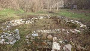 Ca monument istoric apartine perioadei de mijloc a Evului Mediu, sfarsitul sec XIV-lea sau primei jumatati a secolului XV-lea dupa analogiile de plan cu alte biserici ortodoxe romanesti construite in aceeasi perioada (Vodita, Tismana, Toplonita, Visina, Prislop, Cozia, Bradet, Snagov, Mraconia s.a ). In anul 2002 au fost indentificate ruinele bisericii manastirii aflate la nivelul fundatiei cu adancimea de 0.80 metri si latimea de 1.10 metri constand intr-o zidire de piatra de rau si roca de calcar cioplita prinsa cu mortar. Planul bisericii se prezinta de tipul triconic simplu, cu dimensiune15/9metri, avand pronaosul de forma trapezoidala ( 4,80/4,10/ ,40/4,40metri), decrosat, naosol dreptunghiular ( 3,80/4metri si trei abside semicirculare alipite (la est e altarul), pe flancurile carora se vad talpile celor patru stalpi (pilastri) care au sustinut candva turla central, cu diametrul de cca. 3metri.